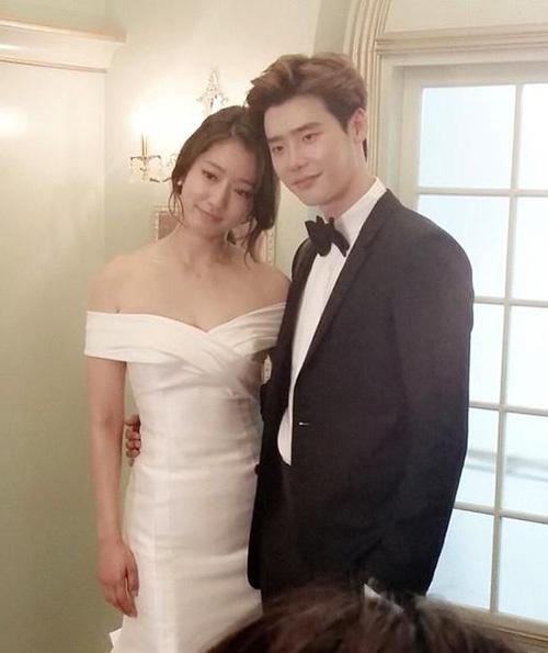 So với các bộ váy cưới trong phim Hàn, chiếc váy của Park Shin Hye diện trong Pinocchio có phần thua kém về độ cầu kỳ. Tuy nhiên chính sự đơn giản, nhẹ nhàng đến từng chi tiết lại tăng thêm vẻ thanh lịch, cổ điển cho cô dâu.