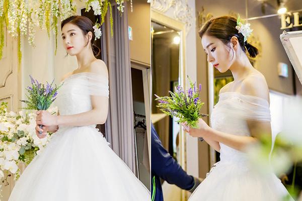 Trong phim Kỵ sĩ áo đen, Shin Se Kyung được khoác lên mình hàng loạt bộ cánh đẹp mắt. Chiếc váy cưới của cô nàng cũng là món đồ trong mơ của mọi cô gái. Cùng mang thiết kế trễ vai khoe bờ vai gầy mong manh nhưng váy cưới của Shin Se Kyung thiên về sự nhẹ nhàng, tinh khiết hơn là gợi cảm như Park Min Young. Không cần trang điểm, làm tóc cầu kỳ, Shin Se Kyung vẫn xinh đẹp như sương khói.