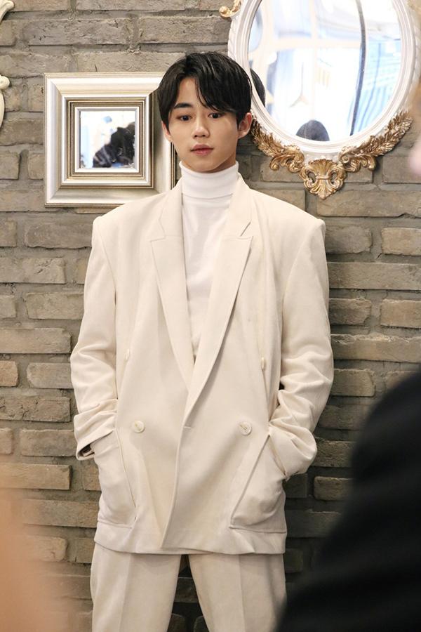 Tuy nhiên, ngoại hình thay đổi rõ rệt ở tuổi 22 cũng khiến Park Ji Bin phải đối mặt với tin đồn can thiệp dao kéo lên gương mặt, đặc biệt là ở phần mũi.