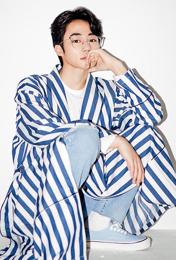 Vẻ ngoài tuổi trưởng thành của Park Ji Bin không hề thua kém mỹ nam Hàn Quốc nào.