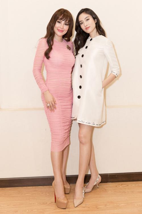 Tối ngày 27/7, nữ thần chuyển giới đẹp nhất Thái Lan Nong Poy xuất hiện tại một sự kiện tại TP HCM. Cô thân thiết với Hoa hậu Phương Lê.