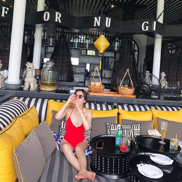 Lee Hae Ri (Davichi) mặc bikini khoét ngực sâu gợi cảm ngồi uống cà phê sữa đá khi đi nghĩ dưỡng ở Đà Nẵng.