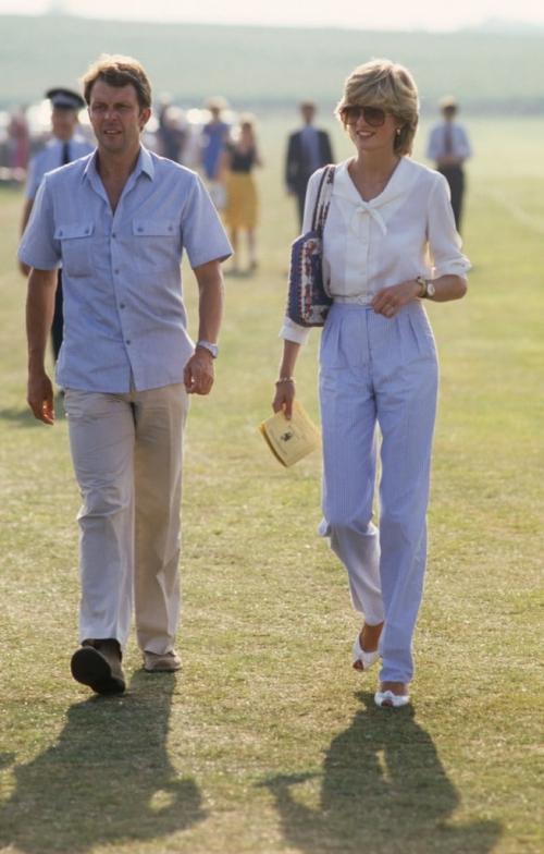 Một trong những bộ cánh đi vào huyền thoại của Diana. Công nương trông vô cùng thanh lịch trong trang phục gam trắng xanh cơ bản: áo sơmi cổ thủy thủ, quần kẻ sọc bản nhỏ và giày cao gót hở mũi.