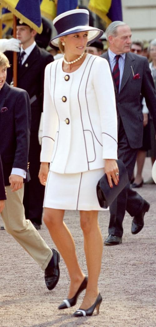 Bộ skirt suit quyền lực của Diana rất phù hợp với hoàn cảnh trang trọng trong lễ kỷ niệm 50 năm Ngày Chiến thắng Nhật Bản (VJ Day) tại London năm 1995.