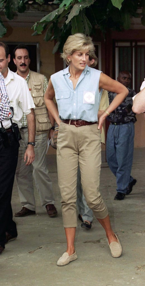 Cho đến ngày nay, những item như áo cộc tay, quần kaki và giày lười mà Công nương Diana từng diện vẫn không hề lỗi mốt.