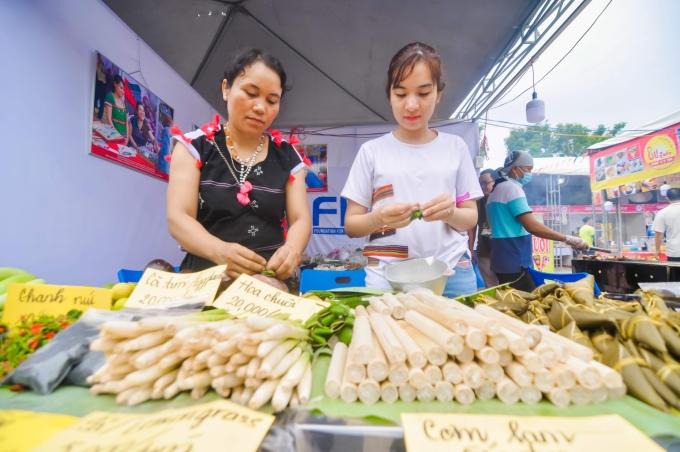 <p> Các gian hàng bán đồ ăn vặt Việt Nam, nông sản và ẩm thực được làm từ nguyên liệu thiên nhiên của người dân tộc vùng núi xứ Quảng cũng được giới thiệu tại lễ hội.</p>
