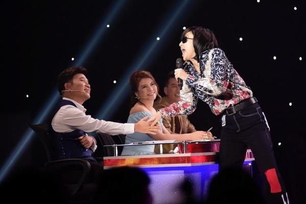 Hà Thu diễn tung hứng với giám khảo.