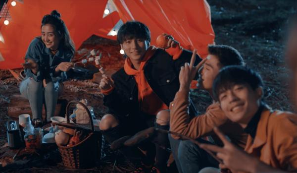 Sơn Tùng và nhóm bạn trẻ trong phim.