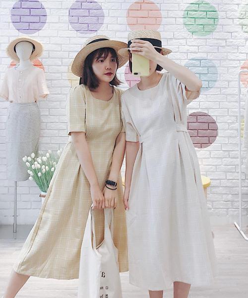 Các cô gái cũng ưa chuộng váy có có phần tay bồng, thân dưới xòe nhẹ tạo cảm giác cổ điển như các quý cô thập niên 80.