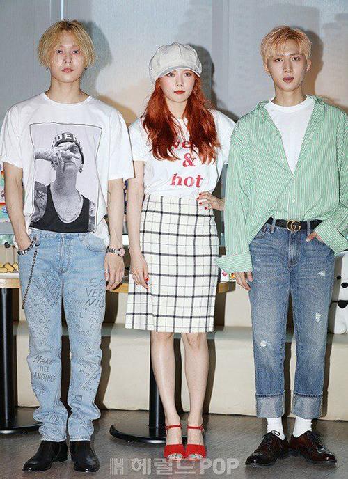 Hiếm khi nào các fan thấy idol nhà mình mặc đồ đơn giản hơn, tuy nhiên dù đã tối giản trang phục hết mức có thể, nhóm vẫn mang vẻ nổi bật không thể lẫn đi đâu được.