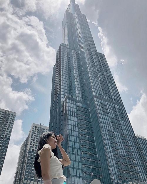 Hot girl Kiều Trinh tranh thủ ngày cuối tuần cùng bạn bè đến tòa nhà cao nhất Việt Nam.