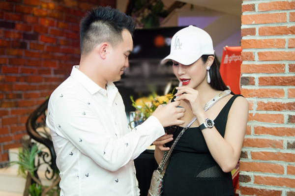 Hộ tống Diệp Lâm Anh tại sự kiện không thể thiếu ông xã. Anh chăm sóc vợ nhiệt tình, chu đáo trước nhiều người.