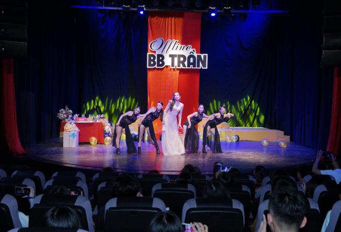 <p> BB Trần tổ chức buổi offline ngày 29/7 với sự tham gia của fan thân thiết và các đồng nghiệp. Sự kiện kỷ niệm bước đường solo của nam diễn viên sau khi tách khỏi nhóm hài BB&BG.</p>