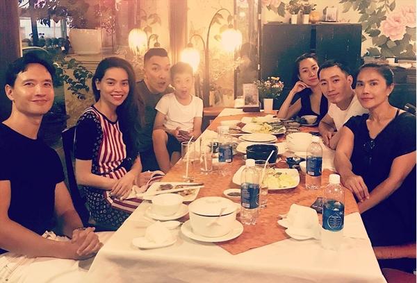 Kim Lý - Hà Hồ cùng bé Subeo đi ăn uống với bạn bè giữa tin đồn chia tay.