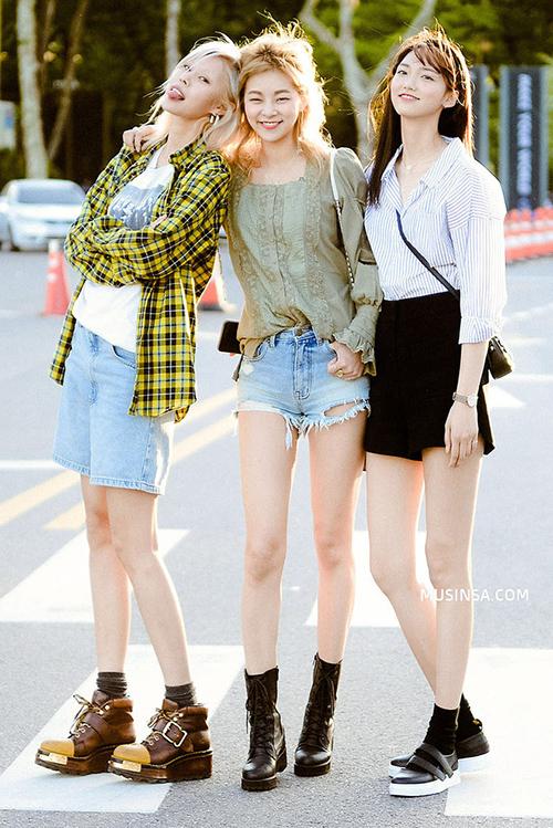 Các cô gái Hàn Quốc thường theo đuổi phong cách trẻ trung, hiện đại, đề cao tính sporty trong cách phối đồ. Họ không cầu kỳ trong các layer mà thường tạo điểm nhấn bằng các món phụ kiện đi kèm.