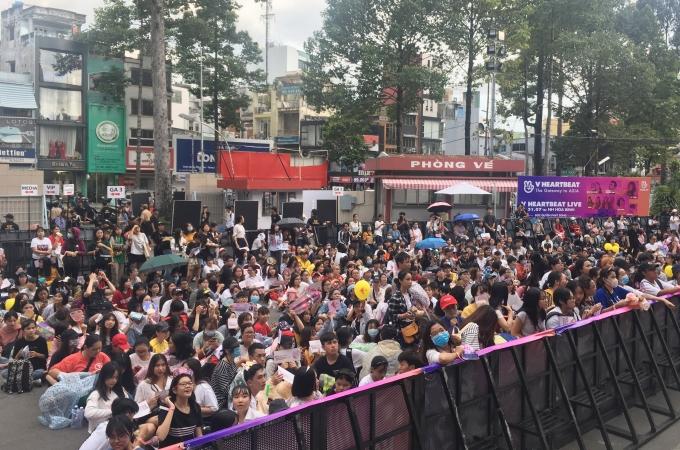 <p> 17h hoạt động ký tặng mới bắt đầu và 19h đêm nhạc mới diễn ra nhưng từ 14h, hàng trăm fan đã có mặt tại Nhà hát Hòa Bình, TP HCM để chuẩn bị đón thần tượng.</p>