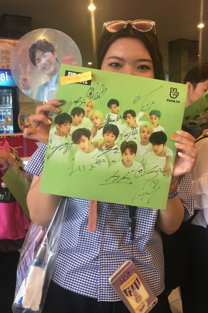 <p> Một fan nữ phấn khích khi có đủ chữ ký của 12 thành viênThe Boyz.</p>