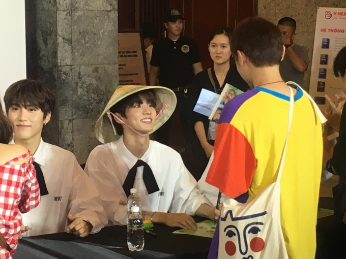 <p> 17h, hoạt động ký tặng bắt đầu. Chỉ khoảng 100 fan may mắn được gặp gỡ, tiếp cận thần tượng ở cự ly siêu gần. Nhóm nhạc gồm 12 thành viên nam điển traiThe Boyz xuất hiện đầu tiên. The Boyz được thành lập từ tháng 12/2017 gồm Sang Yeon, Jacob, Young Hoon, Hyun Jae, Ju Yeon, Kevin, New, Q, Ju Hak Nyeon, Hwall, Sun Woo và Eric. Họ vui vẻ chào fan, bắt tay thân thiện. Fan còn chuẩn bị vòng hoa, nón lá để tặng các idol.</p>