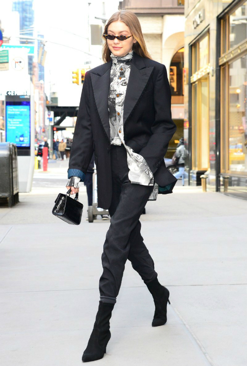 Tháng 2 năm nay, Gigi Hadid từng có một bộ cánh streetstyle phong cách thập niên 80 ấn tượng. Cô nàng kết hợp blazer Vivienne Westwood với boot đen củaStuart Weitzman và kính mắt George Keburia.