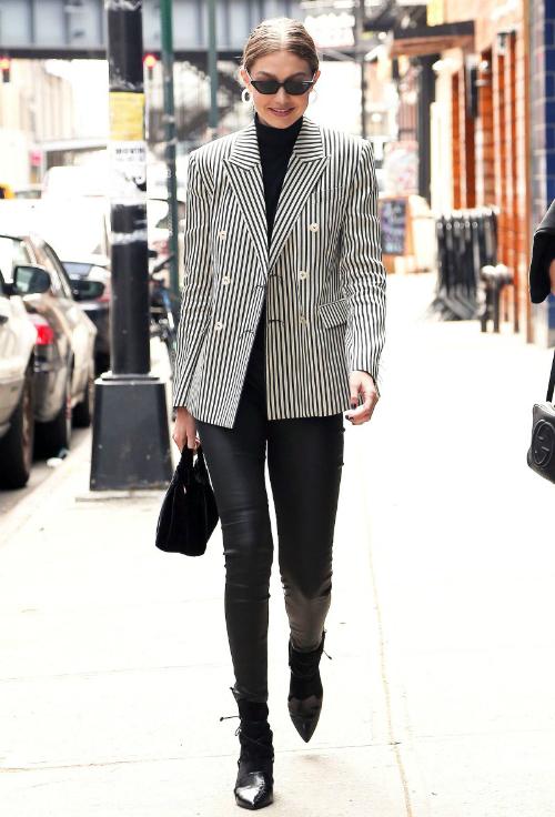 Đầu tháng 6, Gigi xuất hiện sành điệu với cây suit mạnh mẽ của Esau Yori và những phụ kiện nổi bật như hoa tai Alison Lou, kính mát từ BST Vogue Eyewear.