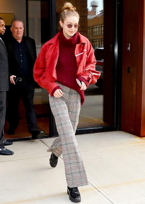 Style thập niên 90 được Gigi rất ưa chuộng. Tháng 3 năm nay, cô nàng từng xuất hiện trên đường phố New York với set đồ ấn tượng: áo len cổ lọ, quần ca rôống loe, giày combat và kính mắt gọng tròn.