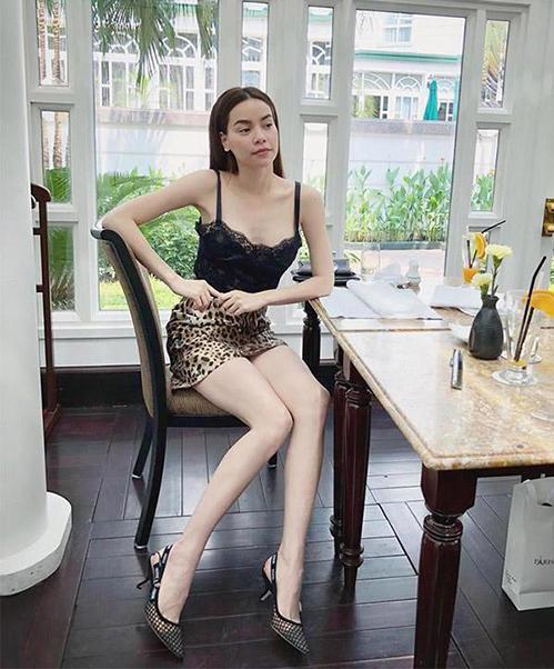 Vóc dáng của Hà Hồ thường xuyên trong tình trạng trồi sụt thất thường, tuy nhiên thời gian gần đây, người đẹp gắn liền với thân hình mình dây, có phần thiếu sức sống.