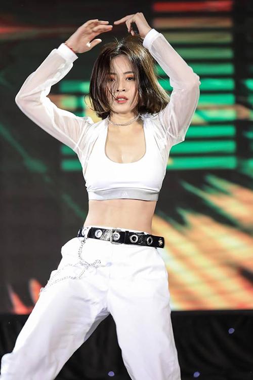 Từ khi đi sự kiện cho đến lúc lên sân khấu, Chi Pu luôn trung thành với một combo trang phục.