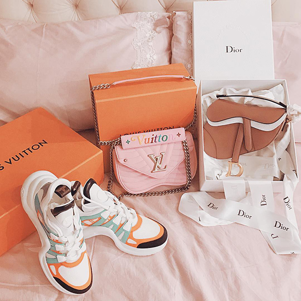 Mới đây, Ngọc Trinh khoe thành quả sau một buổi shopping cho... vui tay lúc đang tranh thủ đi xem phim. Không có chủ đích mua sắm nhưng khi đã bước vào tiệm, cô nàng cũng phải rước về một đôi sneakers, một chiếc túi xách của Louis Vuitton, một chiếc túi Dior. Tổng thiệt hại cho một lần là hơn trăm triệu đồng.