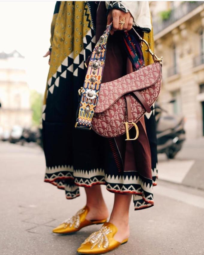 """<p> Saddle bag hay túi yên ngựa là mẫu túi không quá xa lạ với các tín đồ yêu thời trang những năm đầu thế kỷ 21. Mẫu phụ kiện của Dior từng """"làm mưa, làm gió"""" suốt một thời gian qua series truyền hình <em>Sex and the city.</em></p>"""