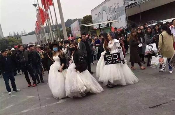 Cầm banner và lightstick đi concert xưa rồi, giờ mặc hẳn váy cưới cầu hôn như fan G-Dragon mới kịp xu hướng nhé!