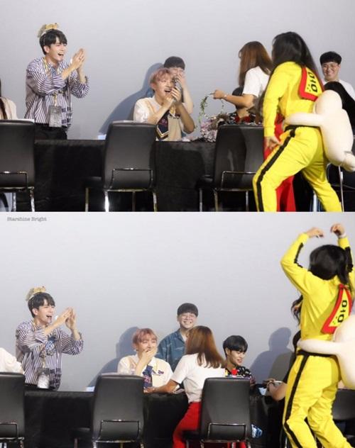 Một fan nữ đã mặc bộ quần áo của Bruce Lee mà Ong Seong Woo từng mặc trong chương trình thực tế của Wanna One đến fansign. Cô nàng vừa bắt chước điệu nhảy của idol vừa hét tỏ tình khiến Seong Woo không nhịn được cười.