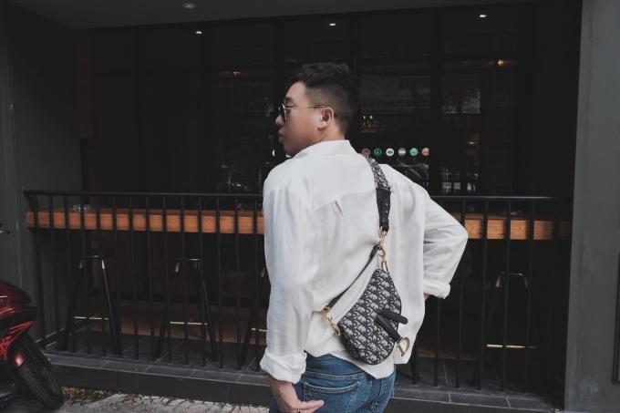 <p> Là một người không ngại đầu tư cho hàng hiệu, stylist Hoàng Ku bật mí trên trang cá nhân anh là một trong những người đầu tiên tại Việt Nam sở hữu chiếc túi này.</p>