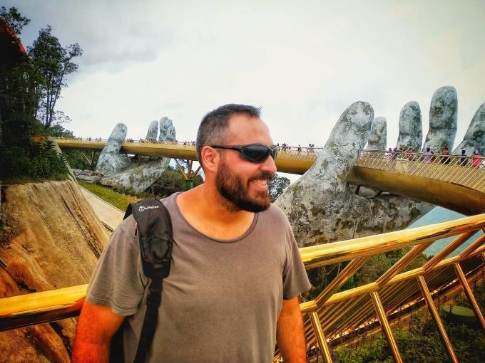 <p> Cầu Vàng chính thức khai trương đầu tháng 6/2018, là điểm trung chuyển đặc biệt giúp du khách di chuyển thuận tiện từ khu vực chân núi hay làng Pháp đến vườn hoa Le Jardin D'Amour. Mặt cầu rộng 12,8m, dài gần 150m, gồm 8 nhịp, nhịp dài nhất: 21,2m. Ở độ cao 1.414m so với mực nước biển, Cầu Vàng được các kiến trúc sư đánh giá là ấn tượng không thua kém cầu treo Langkawi Sky (Malaysia) - một trong những cây cầu có thiết kế độc đáo và ấn tượng nhất thế giới.</p>