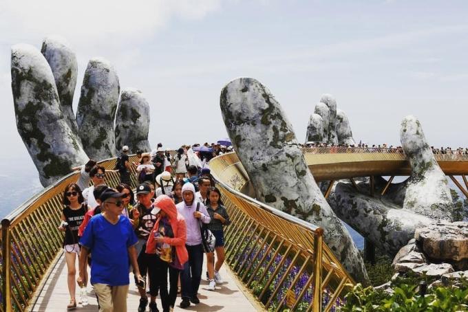 """<p> Trước đó, hôm 31/7 trang <em>Bored Panda</em> thậm chí còn dành lời khen cho công trình kiến trúc này: """"Cây cầu đẹp nghẹt thở như bước ra từ phim """"Chúa tể những chiếc nhẫn"""". Việc được truyền thông nước ngoài chú ý giúp cho Cầu Vàng trở thành một địa điểm check-in của nhiều khách nước ngoài.</p>"""