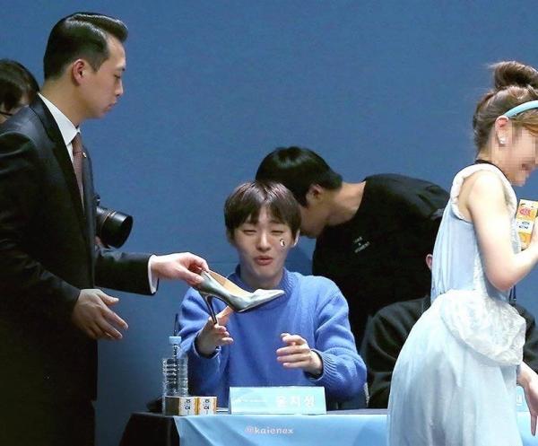 Idol đóng vai hoàng tử, fan hóa thân thành Lọ Lem đến tặng giày cho Ji Sung (Wanna One).