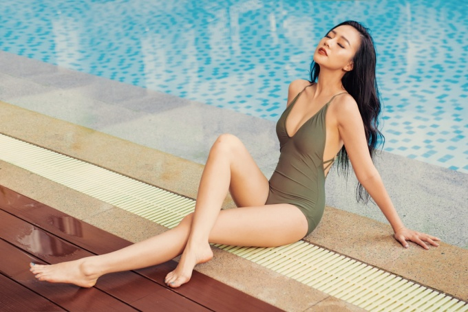 <p> Bikini xẻ ngực sâu giúp cô nàng khoe triệt để vẻ gợi cảm.</p>