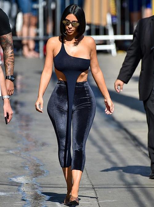 Kim Kardashian vốn được xem như một biểu tượng thời trang của Hollywood. Cô nàng biết cách tôn lên thân hình đồng hồ cát nhờ những trang phục bó sát gợi cảm. Tuy nhiên thời gian gần đây, cùng với việc vóc dáng đang có phần xuống cấp, phong độ sành điệu của siêu vòng ba cũng sụt giảm thấy rõ.