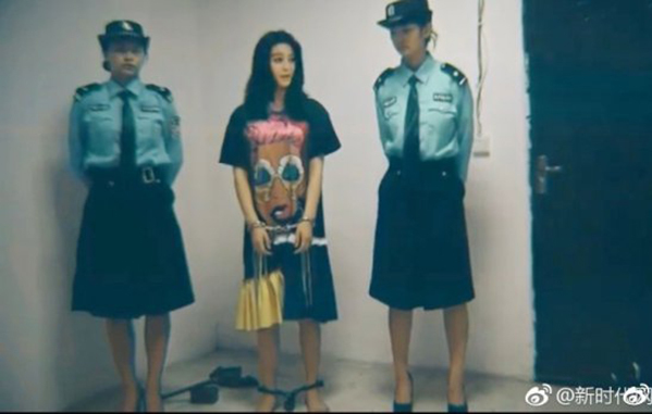 Sau tin đồn Phạm Băng Băng và quản lý bị bắt để điều tra về nghi vấn trốn thuế, hình ảnh Phạm Băng Băng trong tình trạng bị còng tay, xích chân lan truyền trên mạng xã hội Trung Quốc. Dùchưa rõ thực hư nhưng khoảnh khắc này vẫn khiến nhiều người hâm mộ hoang mang.