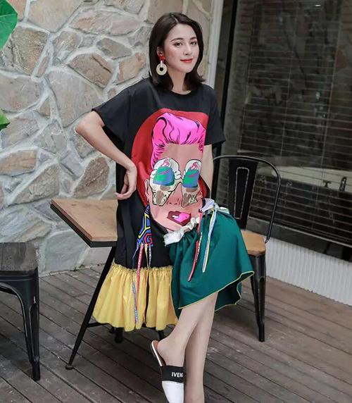 Với mức giá bình dân, lại còn được Phạm Băng Băng lăng xê, chiếc váy nhanh chóng tạo thành cơn sốt và được các cô gái Trung Quốc yêu thích.