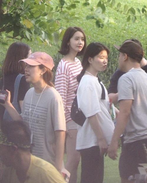 Yoon Ah vẫn đẹp như nữ thần khi ăn mặc giản dị, luôn nổi bật giữa đám đông.