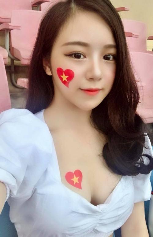 Hình ảnh Thủy Tiên trên khán đài cổ vũ U23 Việt Nam.