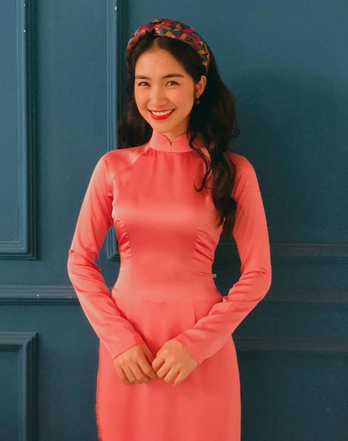 Áo dài cũng là một kiểu trang phục ôm trọn vòng eo tôn lên số đo đáng mơ ước của Hòa Minzy.