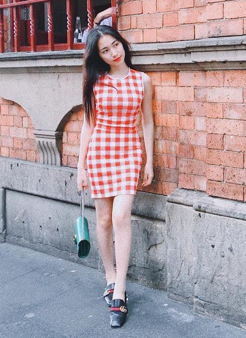 Dù lên sân khấu hay khi ra phố thì Hòa Minzy cũng chuộng những chiếc váy ngắn kiểu dáng gọn gàng, ôm sát, hạn chế các loại vòng vèo phụ kiện đi kèm.