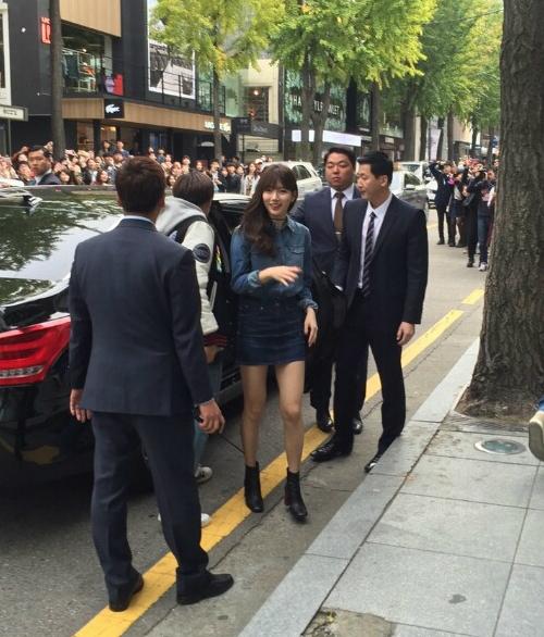 Tình đầu quốc dân Suzy đi đến đâu cũng nổi bật nhờ vóc dáng cao ráo, vẻ xinh đẹp và cuốn hút.