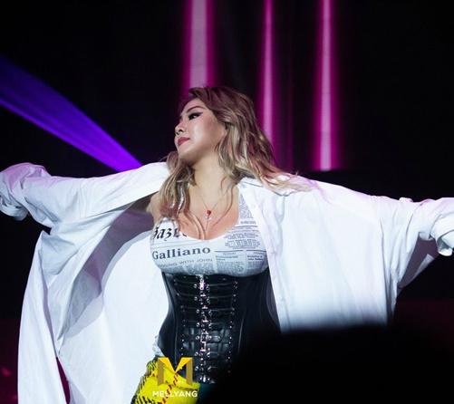 Cựu trưởng nhóm 2NE1 dùng áo khoác dài rộng để che thân hình.
