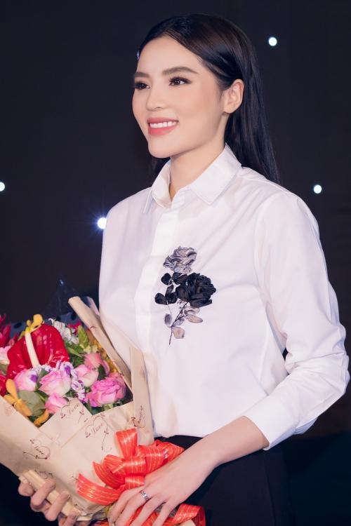 Dù đăng quang Hoa hậu Việt Nam được 4 năm nhưng cái tên Kỳ Duyên vẫn đầy sức hút. Cô luôn tràn đầy năng lượng, được xem là nữ hoàng vedette thế hệ mới khi liên tục xuất hiện ở sàn diễn thời trang. Cô tiết lộ vừa nhận lời trở thành Huấn luận viên của một game show về giới người mẫu sẽ được ghi hình vào trung tuần tháng 8.