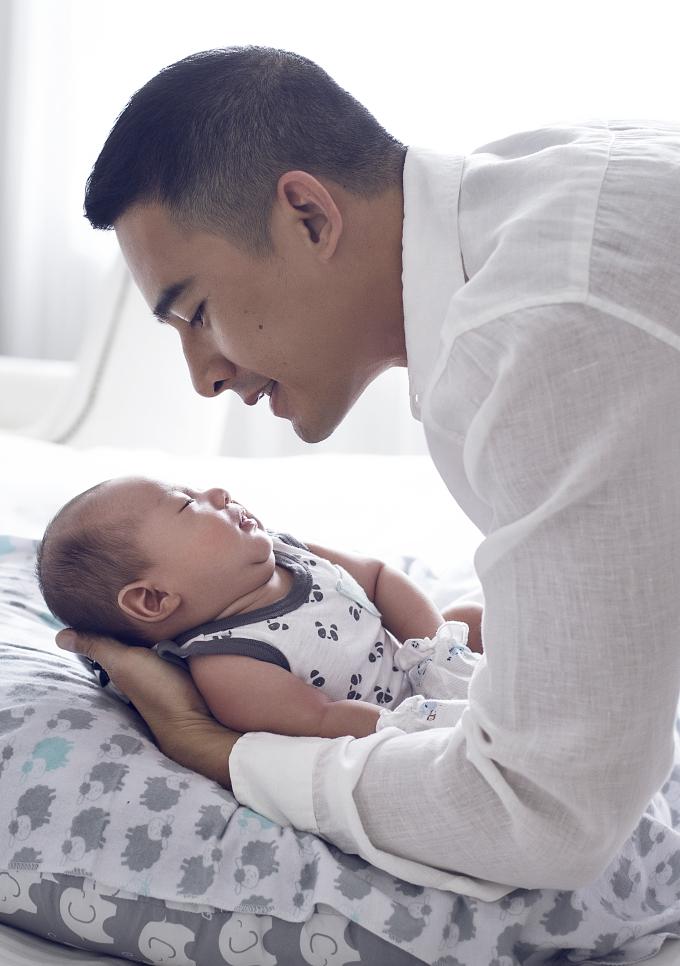Thúy Diễm - Lương Thế Thành: 'Không còn phân biệt được ngày đêm từ khi có con'