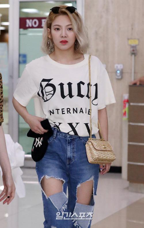Mái tóc ngắn, nhuộm màu sáng hợp với gương mặt của Hyo Yeon. Nữ ca sĩ thích style hầm hố, quần jean rách mảng lớn.