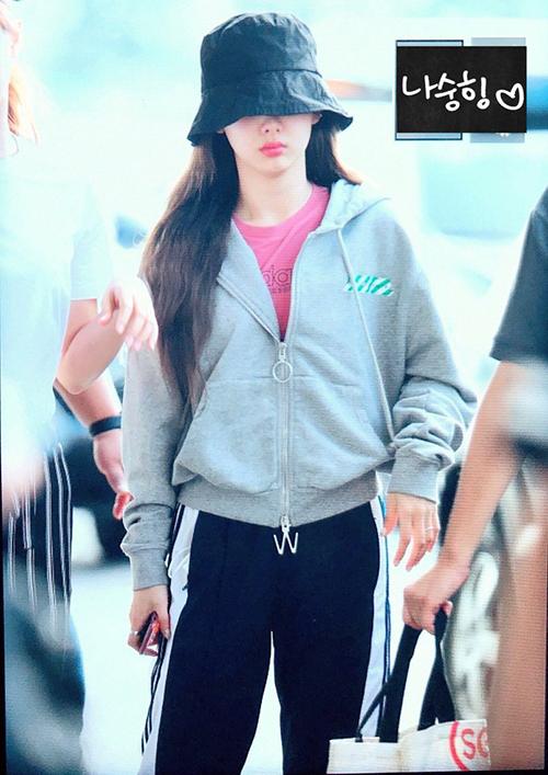 Với lịch trình dày đặc, Na Yeon không bận tâm nhiều đến trang phục mà ưa đồ thể thao, mũ trùm kín mắt.