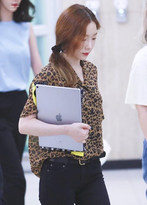 Họa tiết da báo không hề khiến Tae Yeon tăng tuổi mà giúp nữ ca sĩ tạo khí chất sang chảnh. Áo sơ mi da báo có thể trở thành item mặc hàng ngày đầy thời thượng.
